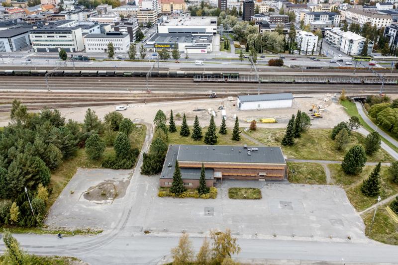 Yksi vaihtoehdoista. Kosilankuja sijaitsee nykyisen hyötykäyttöaseman naapurissa, Kosilassa, Kosilanpolun ja rautatieaseman seudun välissä. Ruskea kivirakennus on Väyläviraston. Se pitäisi ostaa ja purkaa.