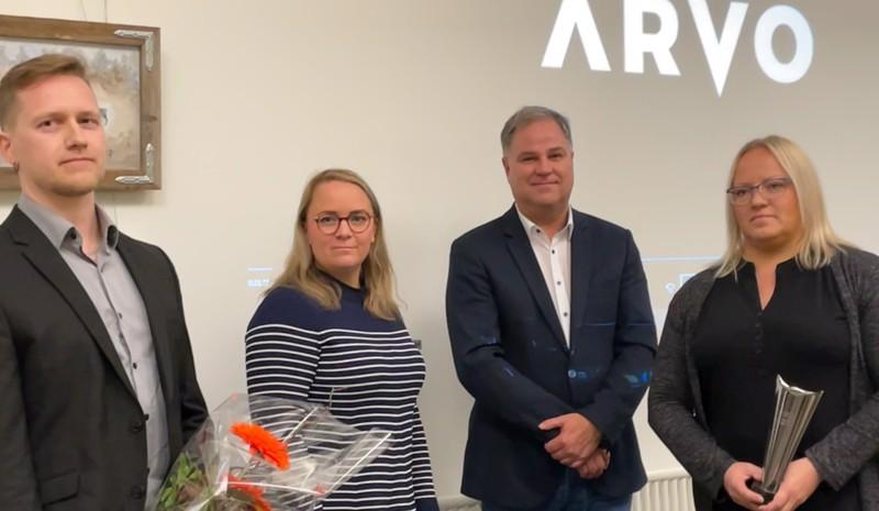 Ville Ruhkala (vas.) ja Piia Ruhkala (oik.) vastaanottivat Vuoden arvonlisääjä -palkinnon Arvo Sijoitusosuuskunnan sijoitusjohtaja Kati Peltomaalta ja toimitusjohtaja Jari Piriseltä.