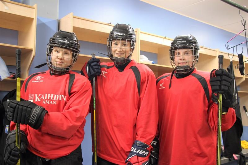 Venla Tulppo (vas.), Sanni Kaattari ja Milja Kiiskilä palavat halusta kehittyä pelaajina ja joukkueen jäseninä.