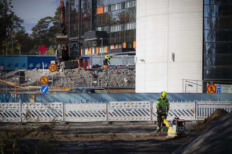 Suomen talous käy kuumana, mikä näkyy muun muassa rakennusteollisuudessa. Yksi rakennushankkeista on Vaasan keskussairaalan laajennus.