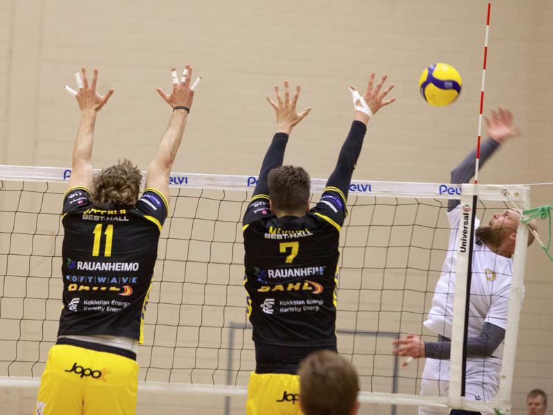Savo Volleyn konkari Antti Siltala hyökkäsi tiikeritorjunnan Jere Mäkistä ja Antti Leppälää vastaan.