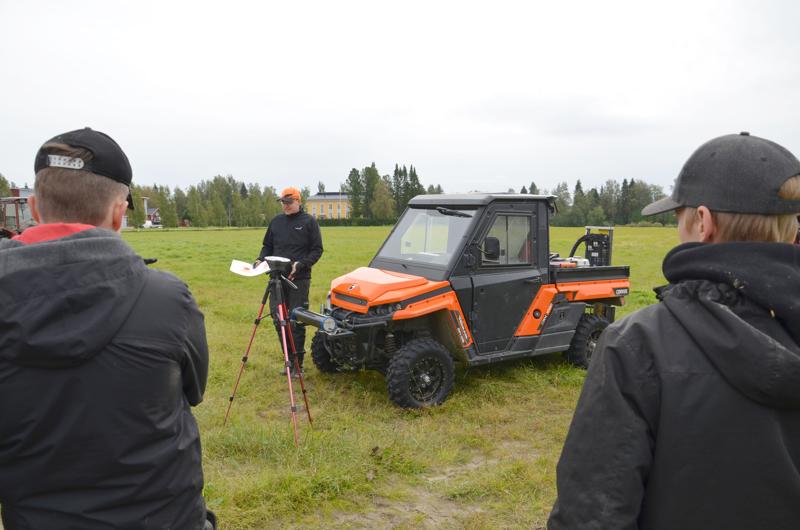 Uutta Suomessa. Aleksi Kärnä esitteli peltoskannausta opiskelijoille.