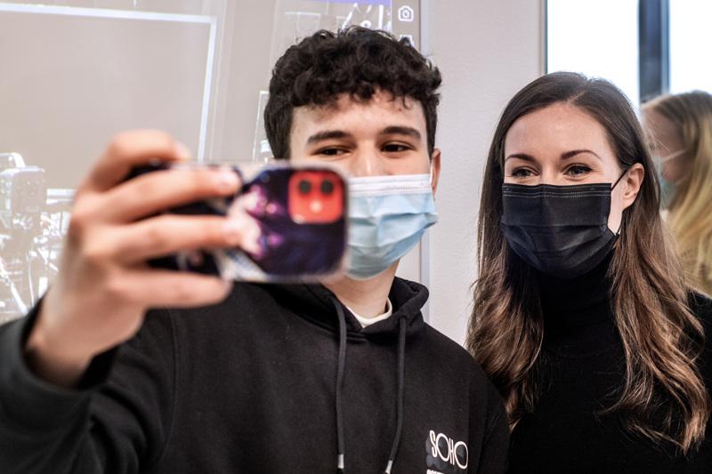 Pääministeri Sanna Marinin vierailu Kokkolassa kiinnosti Keskipohjanmaan verkkokansaa. Kuvassa pääministeri selfiessa Emin Basalakin kanssa.