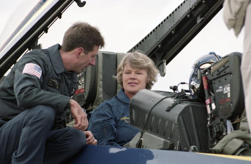Puolustusministeri Elisabeth Rehn (r.) testaamassa F/A 18 Hornet -hävittäjää elokuun viimeisenä päivänä vuonna 1992. Valtioneuvosto oli päättänyt amerikkalaishävittäjien hankinnasta vajaat neljä kuukautta aikaisemmin 5. toukokuuta.