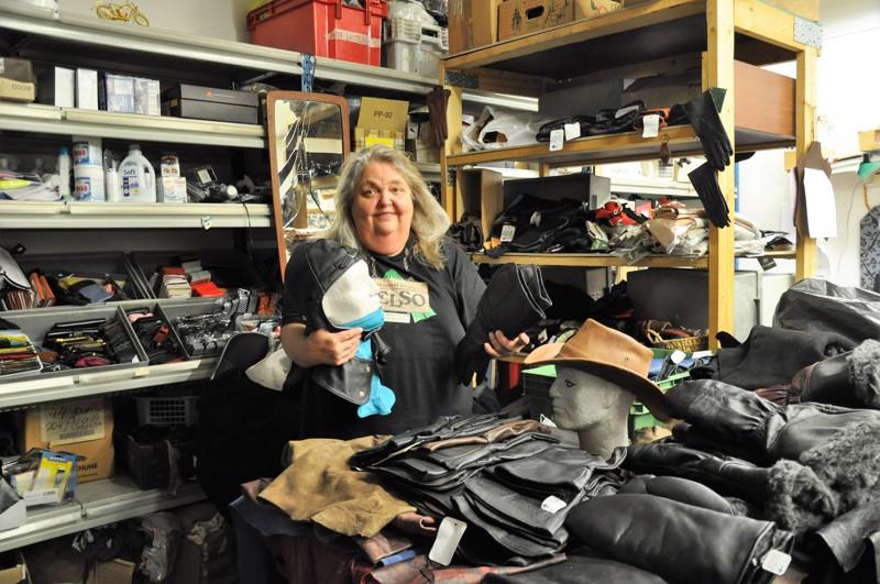 Rina Laiho työskentelee työtiloissaan Perkaksentiellä. Rakkaimpia malleja hänellä on lentäjänlakki, jonka juuret ovat isoisän aikanaan tekemässä. Myös hattuja hänestä on hauska tehdä.