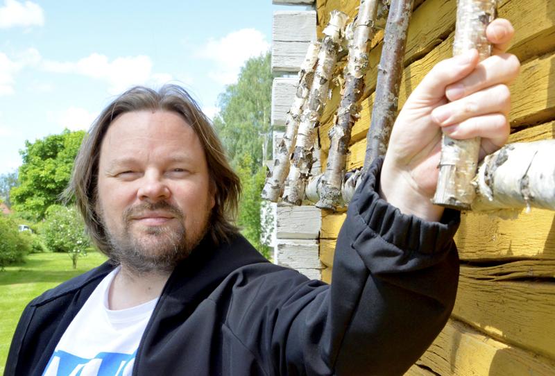 Kuvataiteilija Jaakko Mattila käy silloin tällöin visiitillä vanhempiensa luona Ylivieskassa.