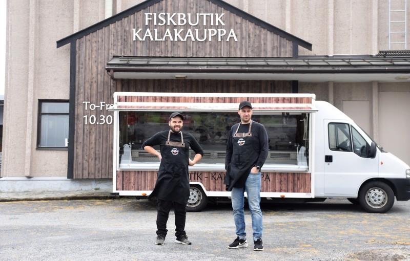 Kalakaverit Jonas Haglund ja Markus Sandvik tekivät harrastuksesta ammatin. He perustivat kalapuodin Uuteenkaarlepyyhyn ja hankkivat täksi kesäksi myyntiauton, jolla he aikovat kiertää maakuntaa.