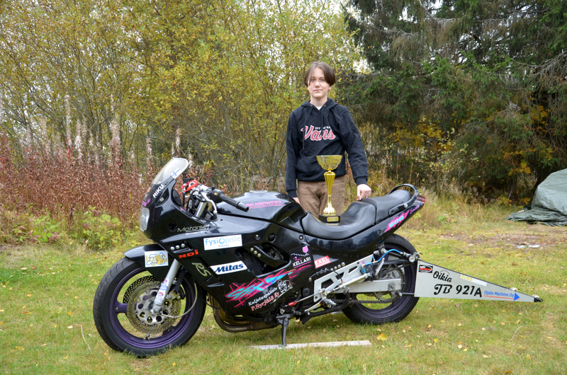 Pokaali ja moottoripyörä. Kannuksen Korpelassa asuva Riku Pöllä voitti kiihdytysajon SM-kultaa.