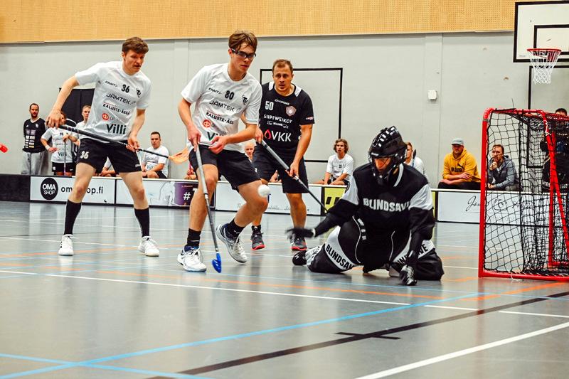 Tarkkana. TU:n maalivahti Tommi Martikainen sekä Jere Ahonen (80) ja Joni Rahkonen (36) varjelemassa maalia. Amerikaarron Ville Mannio taustalla.