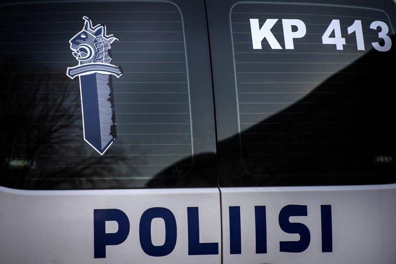 Poliisi epäilee henkilöauton kuljettajaa liikenneturvallisuuden vaarantamisesta.