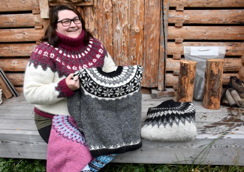 Elina Borénilla on kotonaan vain neljä neulepaitaa,, nimittäin omansa ja perheenjäsenille neulotut. Loput hän on neulonut muille sukulaisille ja ystäville.