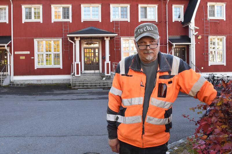 Matti Niemiaho ehti huolehtia Opiston kiinteistöistä liki 38 vuotta. Pitkän rupeaman jälkeen hän aikoo nauttia siitä, ettei talviaamuina tarvitse ensimmäisenä miettiä lähteäkkö pukkaamaan lunta vai kylvämään hiekkaa.