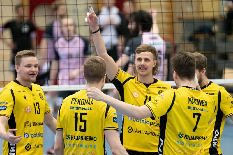 Keväällä Tiikerit juhli pronssia. Kuvassa Jiri Hänninen, joka pelaa tällä kaudella VaLePassa. Rami Rekomaa, Antti Leppälä ja Jere Mäkinen pelaavat tällä kaudellakin Tiikereissä. Anton Välimaa (Mäkisen takana) siirtyi Akaa-Volleyyn.