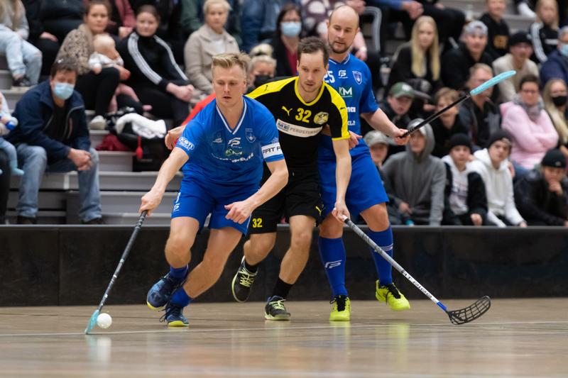 Nibacos-Konnat-ottelussa vauhdissa Timo Salo ja Ville Yli-Juuti sekä taustalla Tuomas Määttälä.