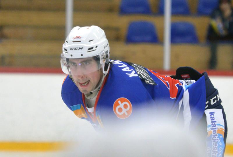 Jarno Palola kuritti viime kauden seuraansa ja iski alivoimalla kiekon Raahe-Kiekon verkkoon.