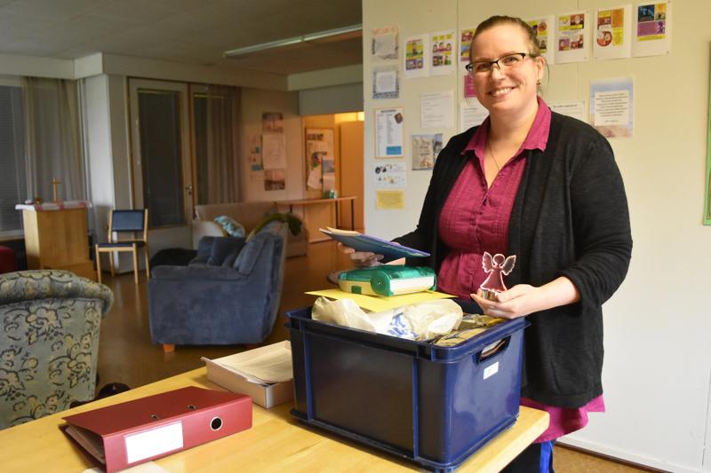 Hannamari Kumpusalon työhön kuuluu muun muassa varhaisnuorten leirien ja kerhotoiminnan organisointi. Kerhotoiminta on käynnistymässä ensi viikolla, ja Hannamari jakaa kerhonohjaajille tarvikkeita Arkista.