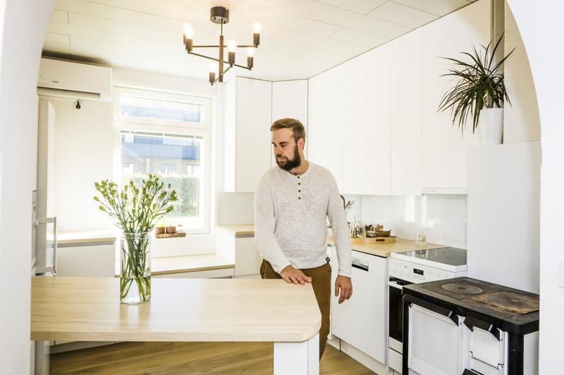 Raikas keittiö on kokonaan Joni Saarisen tekemä. Keittiöön ei mahtunut saareketta, joten Saarinen teki yhdestä tasosta liikuteltavan.