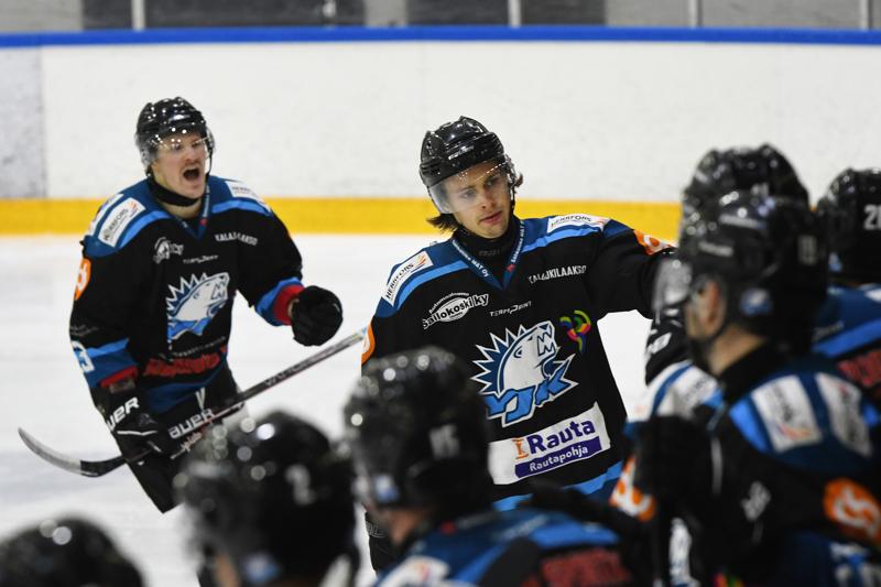 Waltteri Kilponen kihautti YJK:n kauden avausosuman. Taustalla tarjoilusta vastannut Ville Tuomisto.