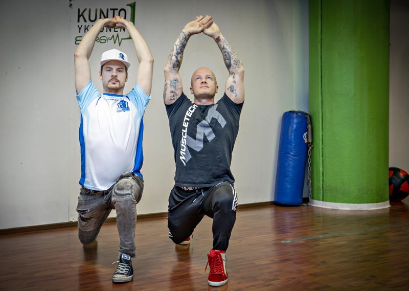 Aleksi Donskoi (vasemmalla) harjoittelee yhdessä kunto- ja ravintovalmentaja Reko Nätkinin kanssa. Liikkuvuusharjoitukset ovat tärkeitä e-pelaajalle, koska yläselän lihakset ja hartiat joutuvat koville.