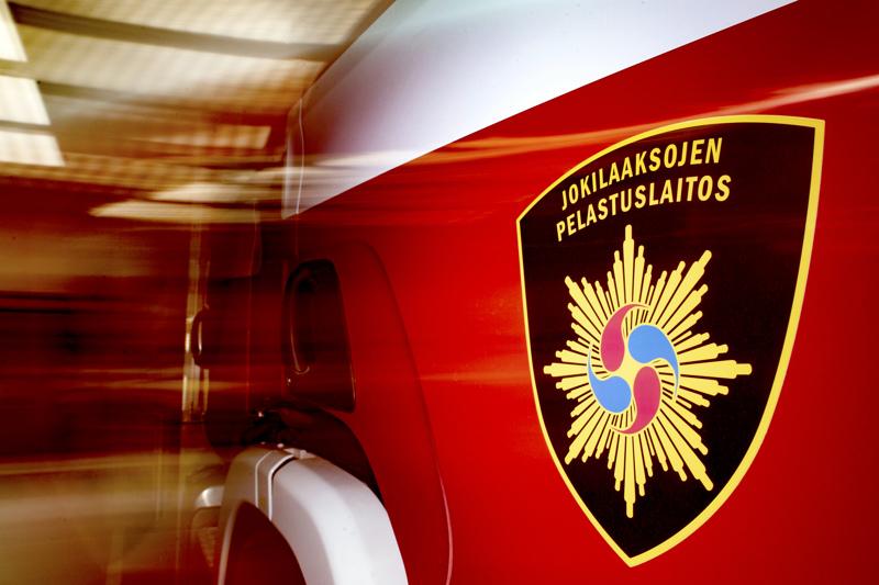 Pelastuslaitos ohjasi paikalla liikennettä poliisin suorittamien tutkimusten ajan.