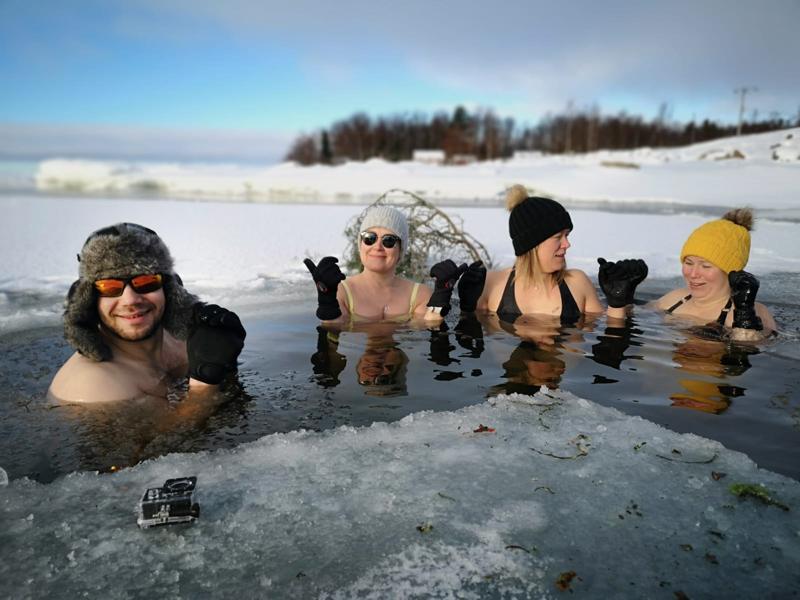 Antti Kangas, Tarja Voutila, Sanna Kangas ja Hanna Kangas muistuttavat, että talviuimarin tärkeimmät välineet ovat pipo ja hanskat.