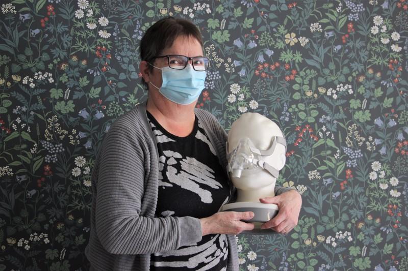 Anna-Liisa Kemi kiertelee kertomassa uniapneasta ja nivelrikosta. Pian Kemi on myös yksi vertaistukipuhelimen päivystäjistä.