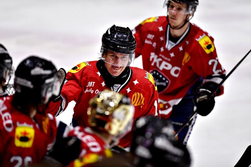 Taavi Tiala (keskellä) kiekkoili Suomessa myös Kokkolan Hermeksen paidassa.