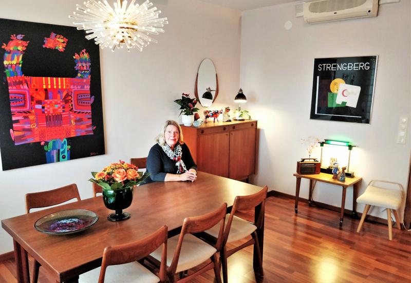 Barbro Enholmille olohuoneen ruokailupöytä on yksi aarteista. Sen on suunnitellut Alvar Aalto vuonna 1954. Pöydän yläpuolella on Miracle Chandelier -valaisin, Bakalowitsien tuotantoa 1960-luvulta. Seinää ilostuttaa Tilgmannin tekemä Strengbergin juliste 1920- tai 1930-luvulta. Alapuolella pöydällä vihreää valoa luo Pausania-pöytävalaisin, jossa yhdistyy kromi ja muovi.