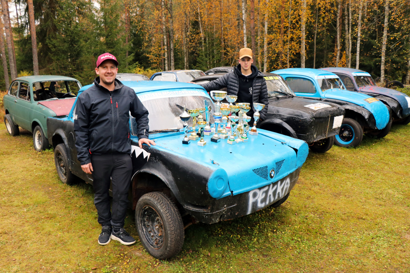 Jokkista ajavat Jani Känsäkoski ja Roope Kettu ovat tehneet vuoden verran autoyhteistyötä. Kuvassa Känsäkosken autoja.