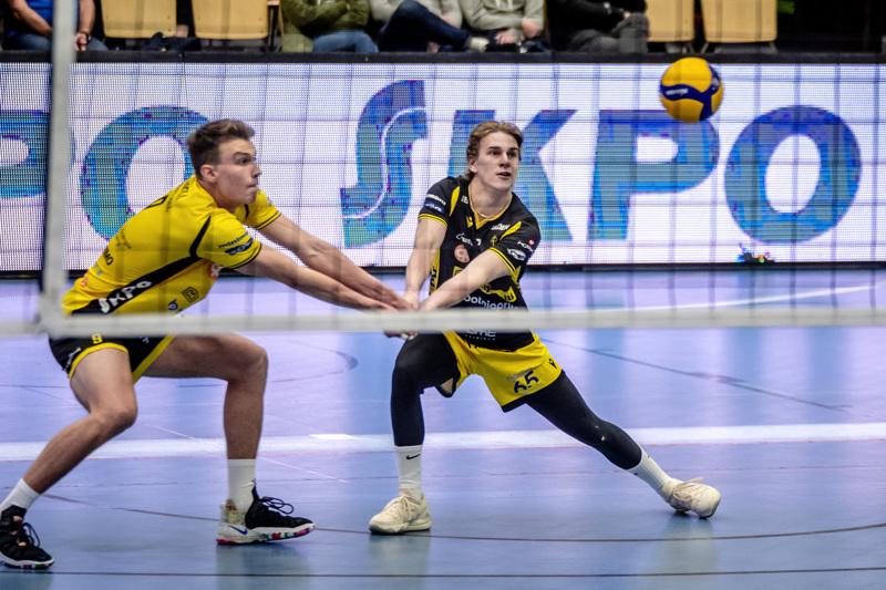 Yleispelaaja Arttu Tupeli (vas.) ja libero Ville Sihvonen nostivat yksissä tuumin palloa peliin sunnuntain kotiavauksessa. Tällä viikolla Tiikerit jatkaa kahden pelin viikkotahtia.