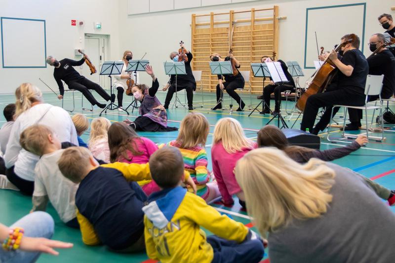 Keski-Pohjanmaan Kamariorkesteri ja Marianne Oivo tutustuttivat Kokkolan päiväkoti- ja eskarilaisia tutuin sävelin klassisen musiikin maailmaan.