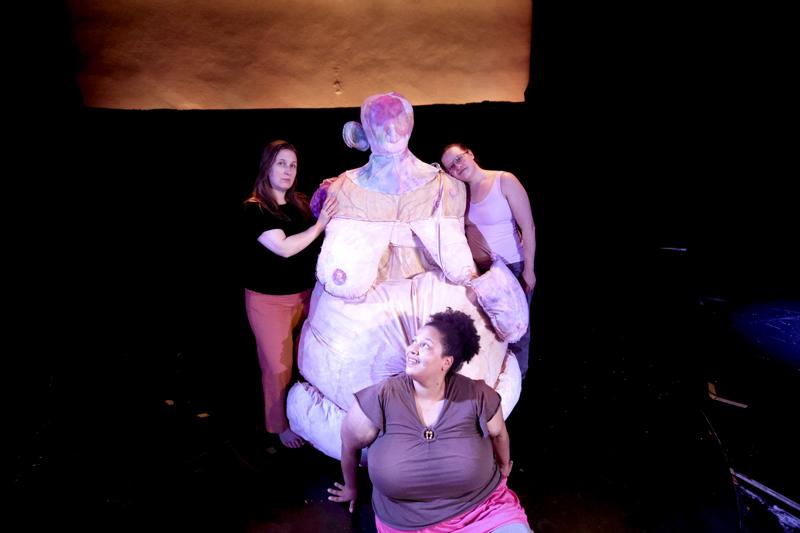 Alexandra Sandbäckin luomasta kehosta on tullut keskeinen osa Jessica Riipan, Jennifer Markinin ja Anni-Veera Aitolehden KEHO-KROPP-esitystä. – On vaikea kuvitella esitystä ilman sitä, sanoo Markin.