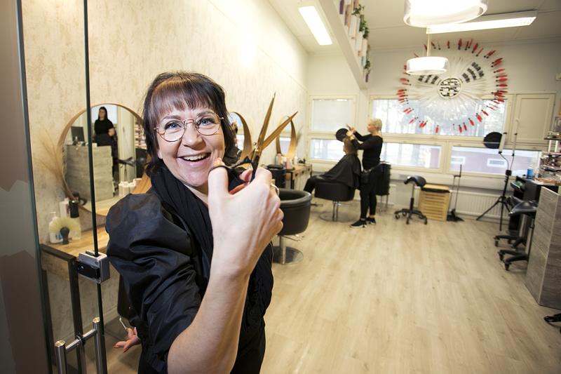 Ateljé Annen yrittäjä Anne Pernu muuttaa Tampereelle. Hän kuitenkin saksii jatkossa Kalajoellakin jonkin verran.