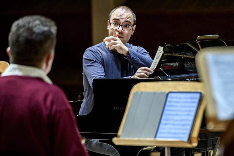 Alexander Melnikov toimii konsertissa pianistina ja johtajana.