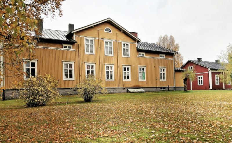 Henriksborgin pappila Ähtävällä alkaa etsiä uutta omistajaa. Punamullattu seurakuntatupa tehtiin alkujaan 1780-luvulla Pedersören seurakuntaan kuuluneen Ähtävän kappelin virkataloksi. Kappalaispappilan viereen valmistui vuonna 1870 kirkkoherran korkearunkoinen virkatalo.
