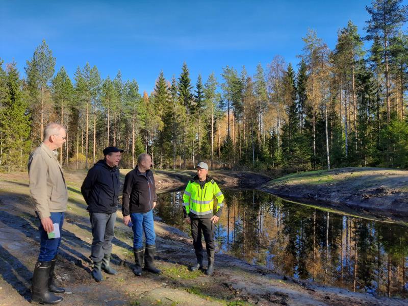 Jari järvenpää (oik.) esitteli hankkeen kohteita viime viikolla Vesa Savolaiselle (vas.), Juha Uusivirralle ja Kari Kestikievarille.