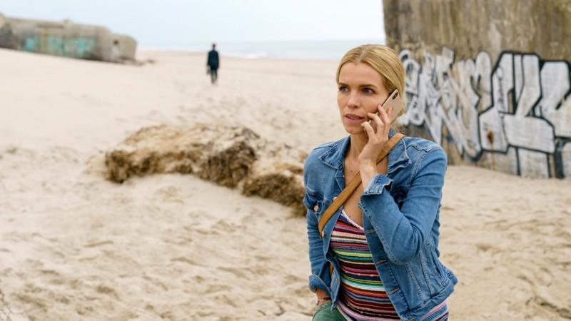 Hvide Sandessa on jotakin mätää. Poliisi Helene (Marie Bach Hansen) soluttautuu Tanskan rannikolle selvittämään vanhaa tapausta.