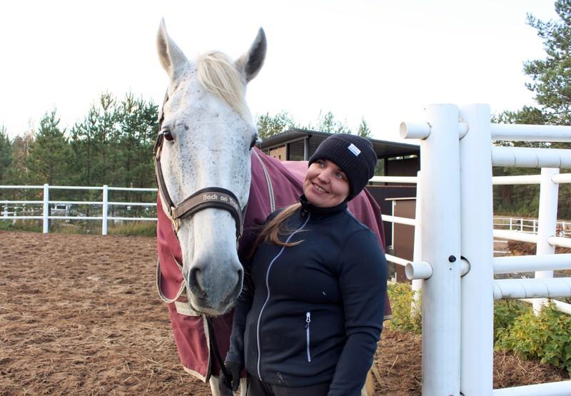 Kpedu Kaustisen ratsutallin tallimestari Sanna Luomaniemi toimii tunneilla myös ratsastuksenopettajana.