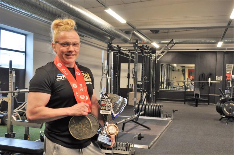 Mari Holmin viimeisimmät palkinnot ovat pokaali ja mitali SM-kisoista sekä kaksi jättimitalia The Finland open proqualifier -kilpailusta.