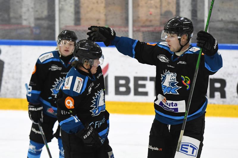 Miro Haikonen (vas.) ja Riku Seppä tekivät tuhoisaa jälkeä Tornion IHC:n päädyssä.