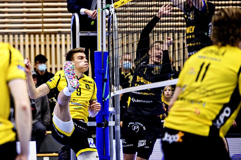 Arttu Tupeli (vas.) ja Lasse Jylhä tasapainoilivat verkon molemmilla puolilla.
