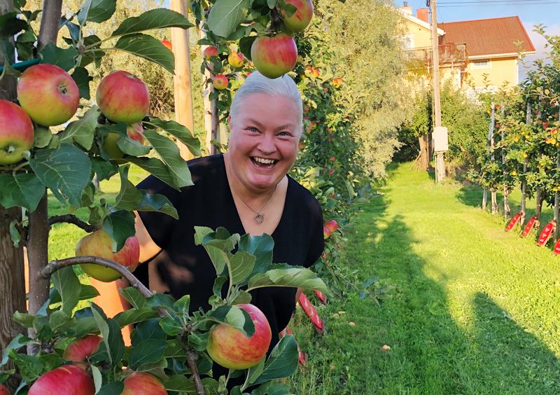Anna (kuvassa) ja Jan Almin tilalta Ahvenanmaan Tjudöstä löytyy Nivalan nimikko-omenapuu.