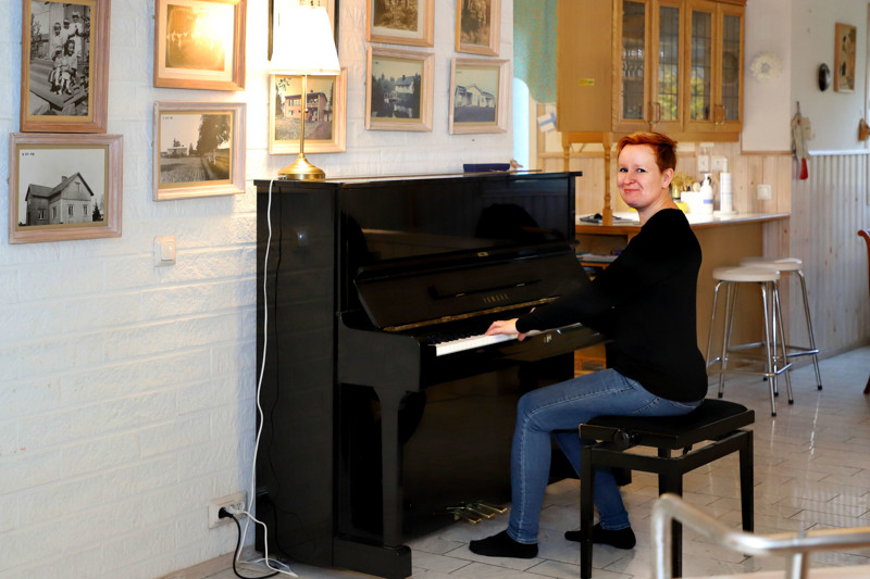 Villa Tiala on oivallinen paikka kotikonserteille. Elina Jääskelä sanoo, että oma pianon soitto on jäänyt vähälle muiden kiireiden ohella.