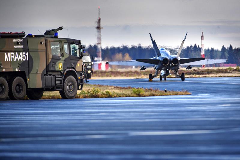 Ilmavoimien pääsotaharjoitus järjestetiin viime viikolla. Kuvassa Hornet välilaskulla Kokkola-Pietarsaaren lentokentällä.