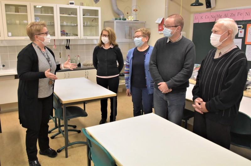 Kemian tunti on alkamassa. Opettaja Marjo Nylund kertaa tuntikäyttäytymisen sääntöjä uusille oppilaille eli Terhi Leivo-Holmqvistille, Pirkko Rantaselle, Juha Konttilalle ja Matti Dahlbackalle.