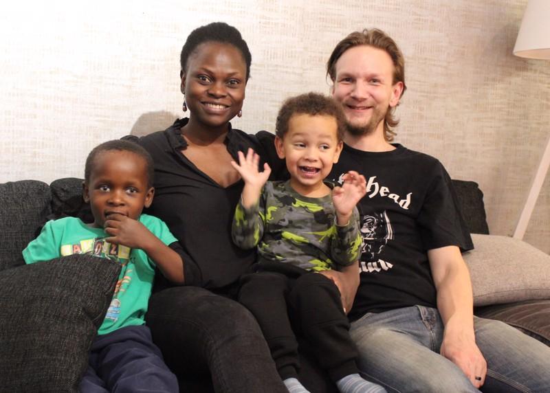 Ville Myllylä perheineen on mieleltään vahvasti kärsämäkinen. Vasemmalta Ezekiel, Sharon, Desmond ja Ville.