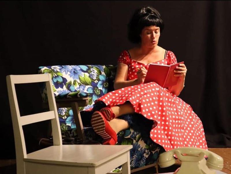 Milana Misic esittää äitään Lailan tähtihetket -musiikkinäytelmässä.