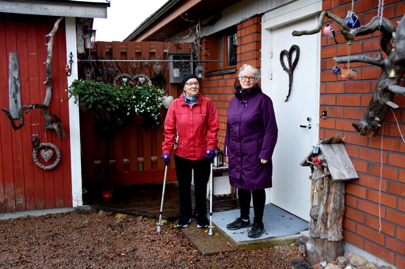 Pirjo Luttinen ja Rauni Karsi viihtyvät mainiosti Haavistontie 7:ssä.  Vuosien kuluessa rakentuneesta kodista ei haluaisi luopua siksi, että talon muut asunnot ovat päässeet surkeaan kuntoon. Kuva on Raunin kodin ovelta.