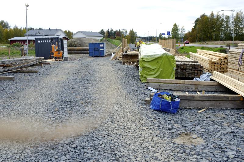 Kevyen liikenteen väylää rakennetaan tällä hetkellä kuvan Kalajoentien varteen. Joukko valtuutettuja esittää, että samoihin hommiin ryhdytään myös Savarin ja Raudaskylän välillä.