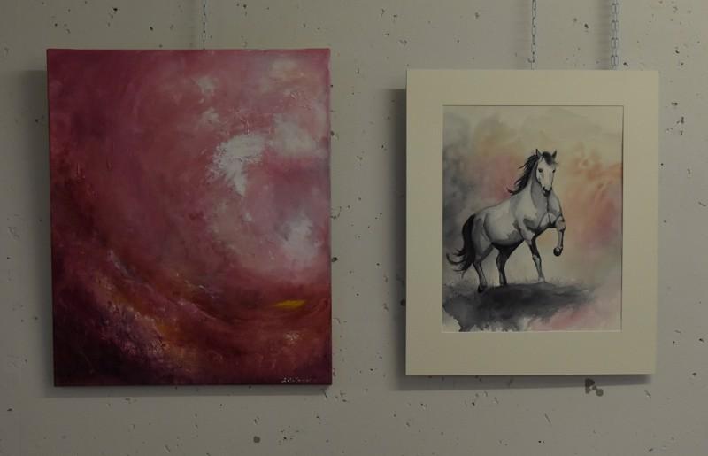 """Salla Haaponiemen """"Lämmössä"""" on abstrakti väritutkielma ja Mervi Puolivälin """"Hämärän aikaan"""" realistinen maalaus hevosesta, mutta värimaailmassa ja sommittelussa on yhtäläisyyttä."""